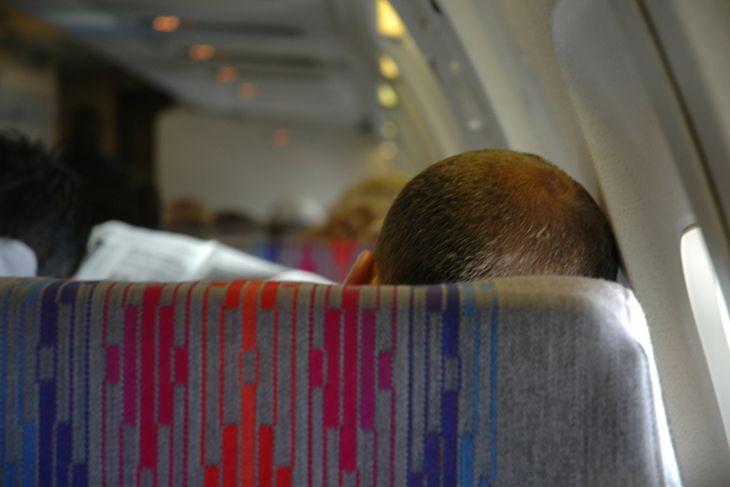 5 trucos que te ayudarán a dormir como un bebé en el avión